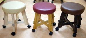 ノマドのキャスター付き木製スツールニス塗加工