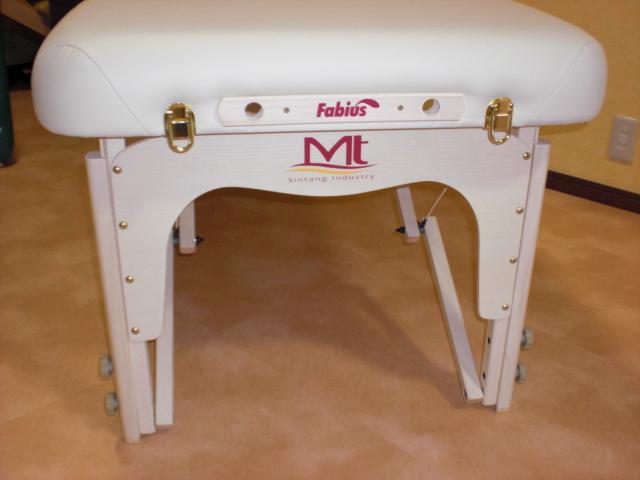 レイキプレートは施術者が座って施術をする時、ベッドの脚に膝がぶつからないようにする仕組みのこと