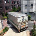 マッサージベッドをたくさん積んだ4トントラックが駐車場へ