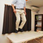 ラベンダーヒルの増子社長がノマドマッサージテーブルの上で飛び跳ねている様子