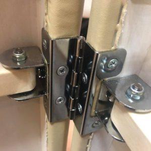 合板に対して垂直にネジを通している蝶番