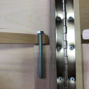 ノマド社のマッサージテーブルには長いボルトが使用されている