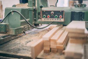 カナダノマドマッサージテーブルの工房内の様子です。 ノマドはシルバーメープルのサップウッドを選び出して作っています。 ノマドは実は日本の三重県にあるKIKUKAWA社という製材・木工機械メーカーの木工機械を使用しています! 日本の品質がノマドの品質を支えているのですね。 ノマドはプロの職人が1台1台手作りで製作しています。 一生涯保証があるのはノマドマッサージテーブルだけです! こだわりを持った職人が作ったノマドは、世界中のこだわりを持ったセラピストたちに支持されています。